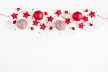 Christmas border. Christmas balls, garland, red and golden decorations on white background. Flat lay, top view, copy space Imagens