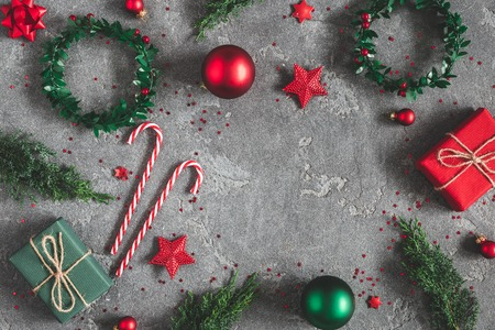 Composición navideña. Regalos, ramas de abeto, adornos rojos sobre fondo negro. Navidad, invierno, concepto de año nuevo. Endecha plana, vista superior, espacio de copia