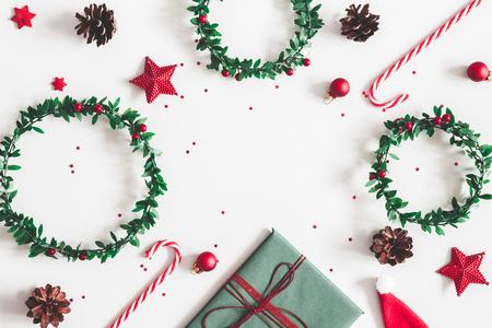 Kerst compositie. Cadeau, kransen, rode decoraties op pastel grijze achtergrond. Kerstmis, winter, nieuwjaarsconcept. Platliggend, bovenaanzicht, kopieerruimte Stockfoto
