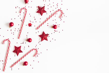 Composizione di Natale. Decorazioni rosse su sfondo bianco. Natale, inverno, concetto di capodanno. Disposizione piana, vista dall'alto, copia spazio