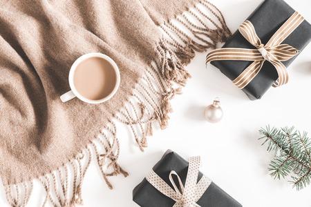 Décorations de Noël, plaid, branche de sapin, cadeaux, tasse de café sur fond blanc. Noël, nouvel an, concept d'hiver. Mise à plat, vue de dessus, espace de copie Banque d'images