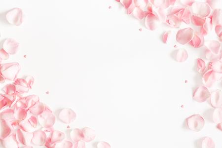 Blumen Zusammensetzung. Rosenblütenblätter auf weißem Hintergrund. Valentinstag, Muttertagskonzept. Flache Lage, Ansicht von oben, Kopienraum