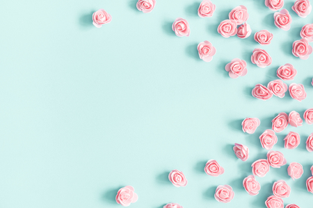 Composizione di fiori. Fiori di rosa rosa pastello su sfondo blu. San Valentino, festa della mamma, festa della donna, concetto di primavera. Disposizione piana, vista dall'alto, copia spazio