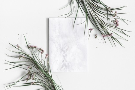 Flowers composition. Notepad, dried leaves and flowers on pastel gray background. Flat lay, top view, copy space Standard-Bild - 118931992