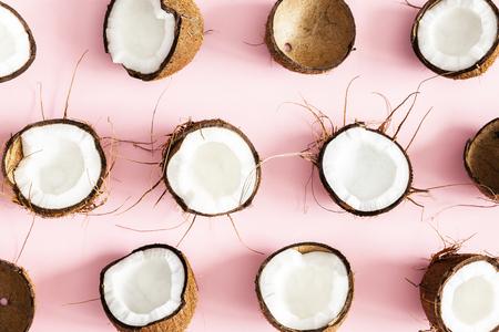 Composition d'été. Motif de noix de coco sur fond rose pastel. Notion d'été. Mise à plat, vue de dessus Banque d'images