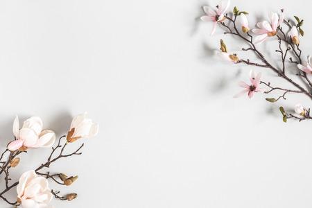 Composition de fleurs. Fleurs de magnolia sur fond gris pastel. Mise à plat, vue de dessus, espace de copie