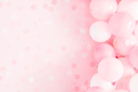 Globos sobre fondo rosa pastel. Marco de globos blancos y rosas. Cumpleaños, concepto de vacaciones. Endecha plana, vista superior, espacio de copia