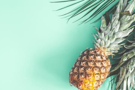 Ananas auf tadellosem Hintergrund. Sommer-Konzept. Flache Lage, Ansicht von oben