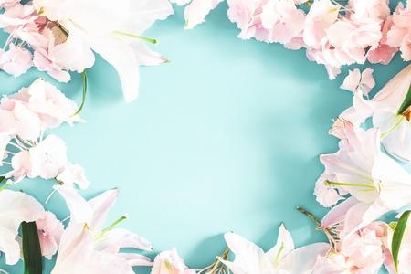 Blumen Zusammensetzung. Muster aus rosa und weißen Blumen auf pastellblauem Hintergrund. Flache Lage, Ansicht von oben