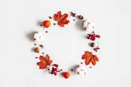 Herbstzusammensetzung. Kranz aus Blumen, Ahornblätter auf grauem Hintergrund. Herbst, Herbst, Thanksgiving Day Konzept. Flache Lage, Ansicht von oben, Kopienraum