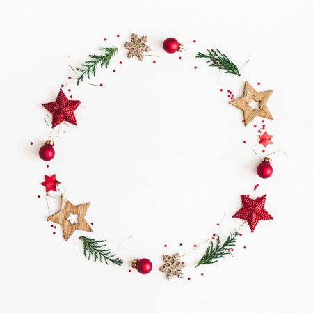 Kerst compositie. De kroon van Kerstmis op witte achtergrond. Platliggend, bovenaanzicht, kopieerruimte, vierkant Stockfoto