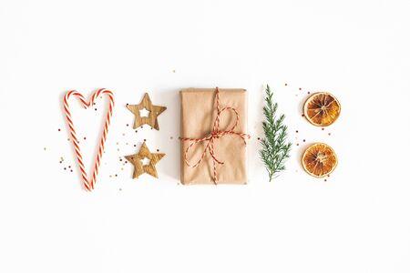 Composition de Noël. Coffret cadeau, branches de sapin, décorations dorées sur fond blanc. Noel, hiver, concept de nouvel an. Mise à plat, vue de dessus Banque d'images