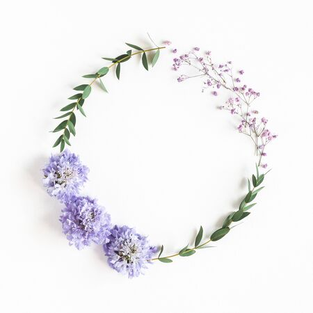 Flowers composition. Wreath made of gypsophila flowers, eucalyptus leaves on white background. Spring concept. Flat lay, top view, copy space Banque d'images