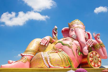 ganesh: Hermosa estatua de Ganesh en el cielo azul en el wat saman templo en la provincia de Prachinburi de Tailandia Foto de archivo