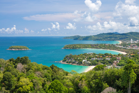 Beautiful turquoise ocean waves with boats and coastline from high view point. Kata and Karon beaches Phuket Thailand Banque d'images