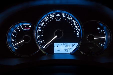 energia electrica: panel de tablero de instrumentos del coche moderno en la noche Foto de archivo