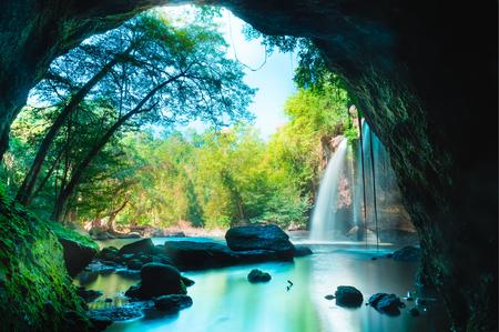Grotta stupefacente nel profondo della foresta con belle cascate sfondo a Haew Suwat Cascata nel Parco Nazionale Khao Yai, in Thailandia Archivio Fotografico - 53939104