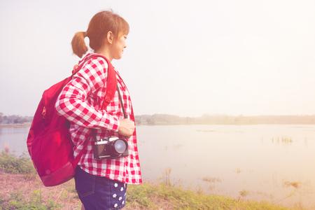 mochila de viaje: joven mujer está de viaje con mochila y camerain pastel o color del estilo de la vendimia. Concepto del recorrido del fondo espacio de la copia
