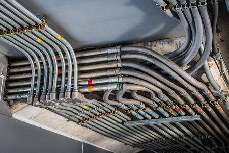 흑인과 백인으로 캡처 한 전기 도관의 이상한 각도. 산업 건물 또는 아키텍처에서 찍은.