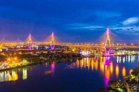 """Le pont Bhumibol est l'un des plus beaux ponts de Thaïlande et offre une vue sur la région de Bangkok. Le nom de ce pont vient du nom du roi de Thaïlande. Traduire le texte """"Bhumibol Bridge"""". Banque d'images"""