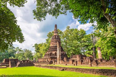 Landmark of old chedi made of ancient bricks in the Kamphaeng Phet Historical Park, Thailand. Redactioneel