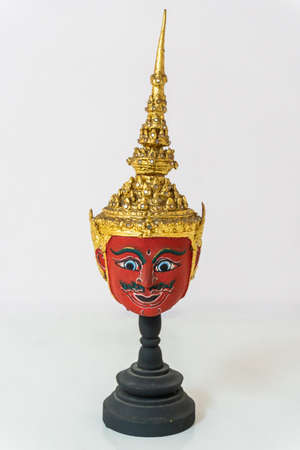 A small red actor's mask is set on a white background. Banque d'images