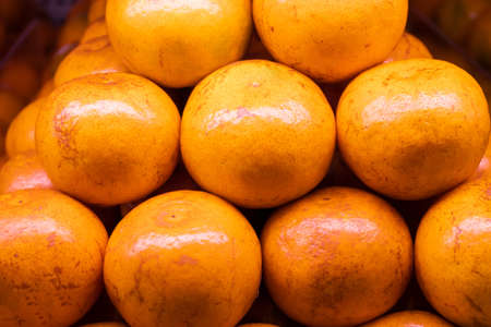Fresh oranges on the shelves in the market or supermarket are ready for sale. Banque d'images