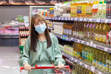 Women wear masks to shop in supermarkets Banque d'images