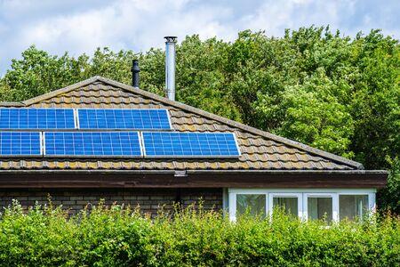 Dom z panelami słonecznymi zainstalowanymi na dachu krytym dachówką