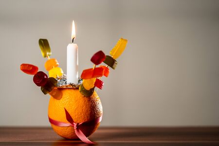 Orange Christingle is a symbolic object used in the Advent, Christmas and Epiphany services of many Christian denominations Stockfoto