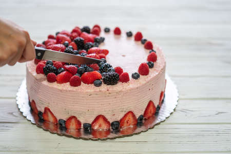 Home made cake with berries. Cake with Strawberry, blackberry, blueberry, and raspberry on a table 免版税图像