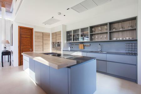 島のカウンターを内蔵の家具キッチンに高級インテリア デザイン プール ヴィラ 写真素材