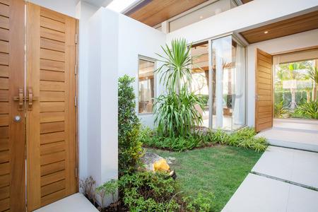 庭のある廊下の家