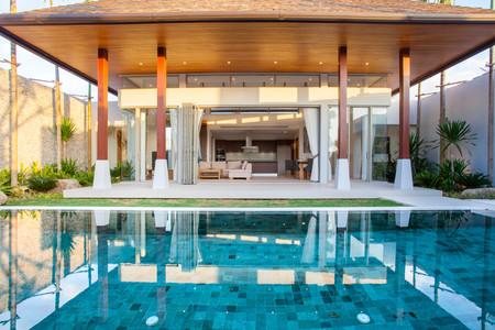 外観とリビング エリア、緑のガーデン プール ヴィラのインテリア デザイン