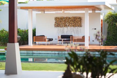 リビング エリア、緑の庭、パビリオン、プール ヴィラのインテリアとエクステリアのデザイン