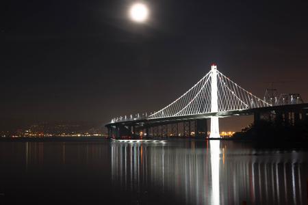 La lune et le pont. Le Bay Bridge reliant San Francisco et Oakland Banque d'images