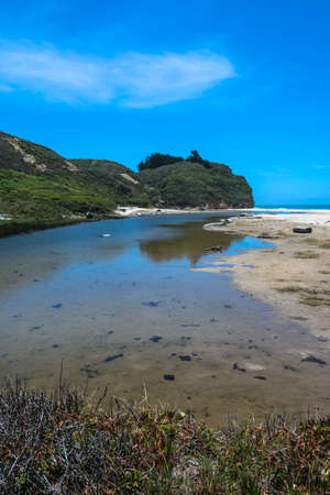 pozo de agua: Abrevadero largo de la costa de Pescadero, California