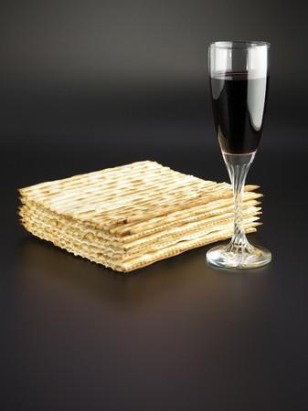 Fiesta religiosa judía comida tradicional de Pascua matzá y vino tinto  Foto de archivo - 7465807