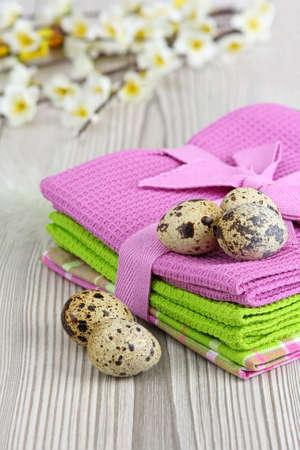 huevos de codorniz: Huevos de codorniz sobre fondo de madera