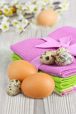 huevos de codorniz: Pollo y huevos de codorniz sobre fondo de madera