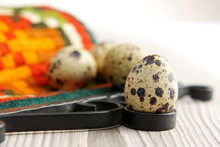 huevos de codorniz: Huevos de codorniz en el fondo material de color