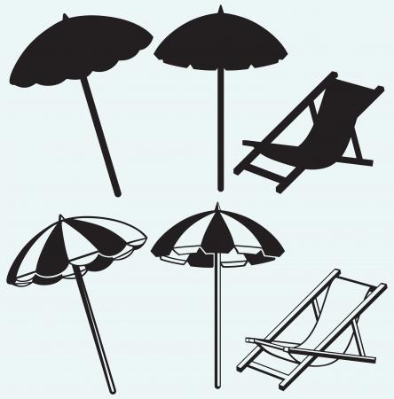 cadeira: Cadeira de praia e guarda-chuva isolada no fundo azul