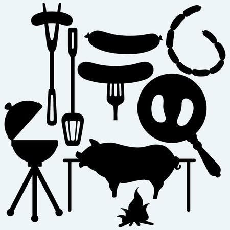 フォークとフライパン、グリル ソーセージ バーベキュー オブジェクトのセットし、ロースト豚。青の背景に分離されました。