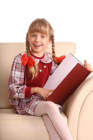 colegiala: Chica sentada en el sill�n y leer libros. Aislados. Foto de archivo