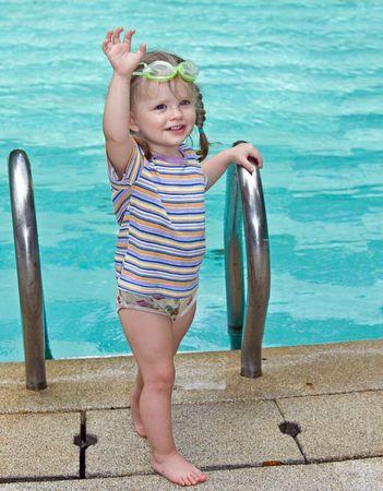 Baby lunettes de protection dans les feuilles piscine. Banque d'images - 4878658