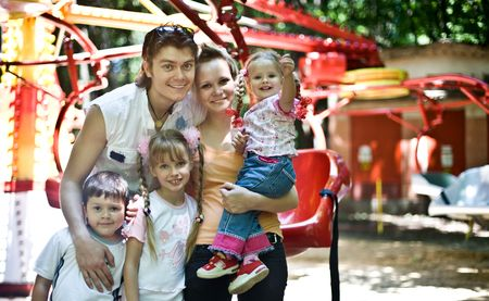trois enfants: Happy famille et ses trois enfants dans le parc.