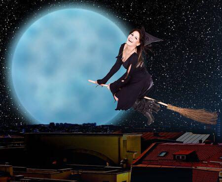 escoba: Volar en escoba de bruja Chica sobre la ciudad en contra de la luna y un cielo estrellado. Ilustración.