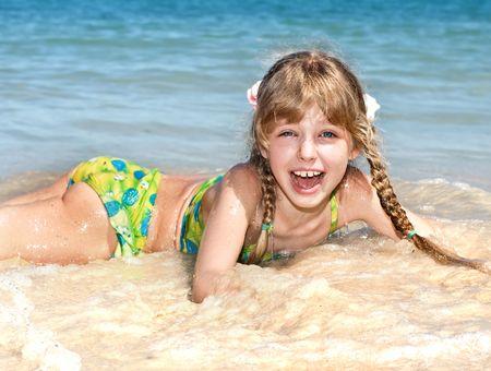 klein meisje op strand: Happy meisje beach op zee. Toerisme.