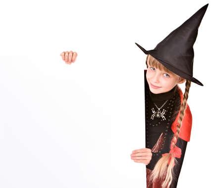 sorci�re halloween: Fille enfant dans Halloween costume de sorci�re avec la banni�re. Isol�s. Banque d'images