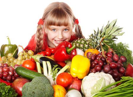 comidas saludables: Chica de ni�o con grupo de vegetales y frutas. Aislado. Foto de archivo